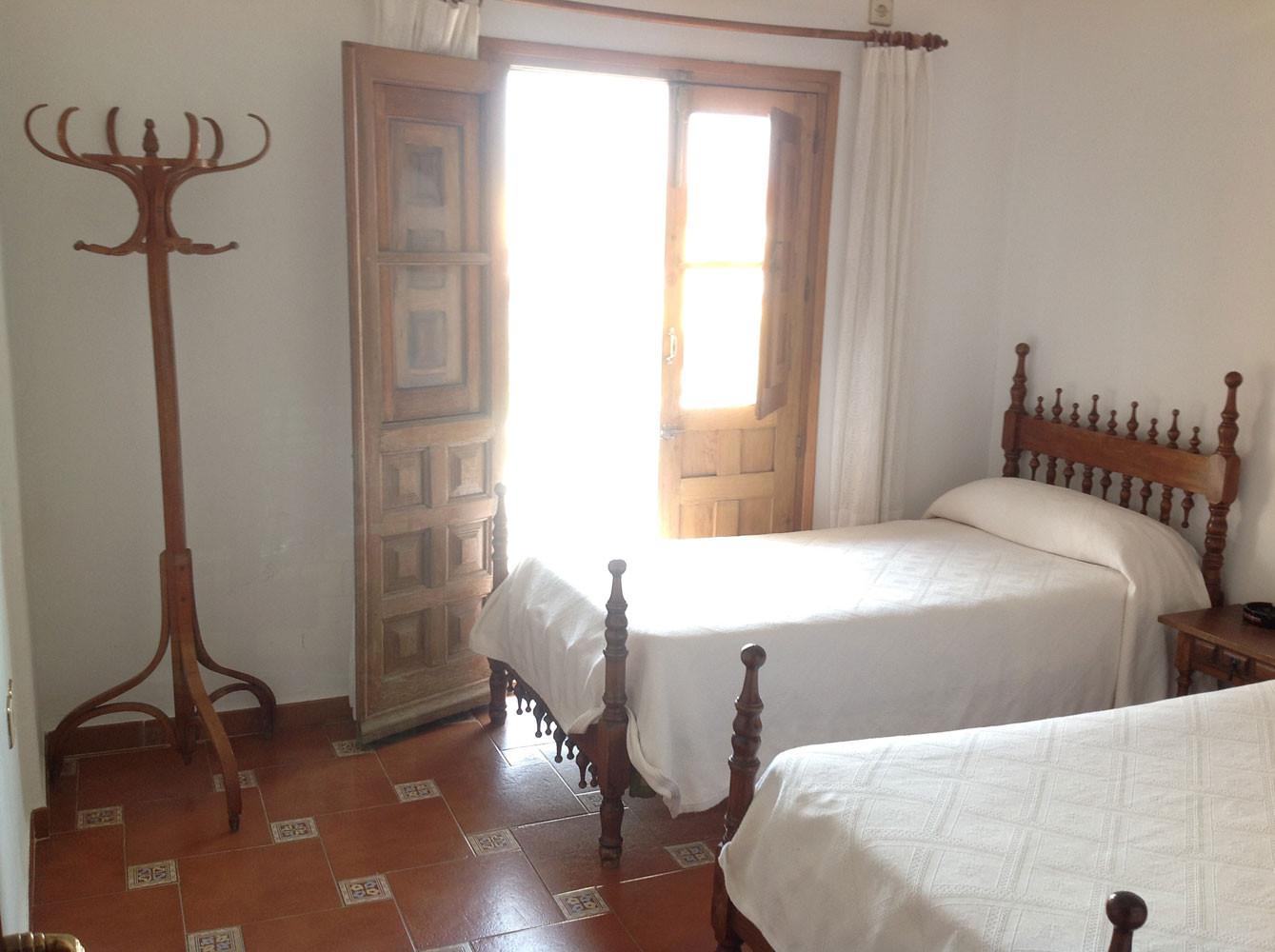 Camas de las habitaciones de nuestro restaurante mesón en Lagartera, Toledo.